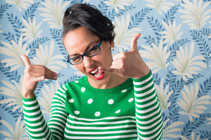 Retro style portrait of woman with thumbs upの写真素材 [FYI03501520]