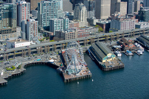 Aerial view of ferris wheel and waterfront, Seattle, Washingの写真素材 [FYI03501831]