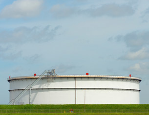 Oil storage in Rotterdam Harbour, Hollandの写真素材 [FYI03502050]