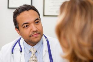 Mature doctor listening to patientの写真素材 [FYI03502501]
