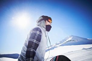 Woman wearing skiwear at top of mountainの写真素材 [FYI03502520]