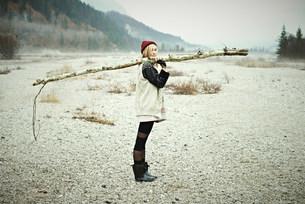 Woman holding logの写真素材 [FYI03502540]