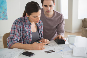 Couple looking at home financesの写真素材 [FYI03502904]