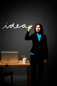Woman writing down ideaの写真素材 [FYI03503157]