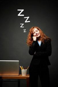 Woman in sweet slumberの写真素材 [FYI03503201]