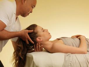 Young woman having head massageの写真素材 [FYI03503691]