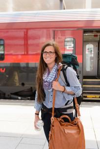 Female backpacker in train station, Salzburg, Austriaの写真素材 [FYI03503736]