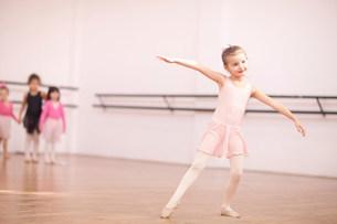 Young ballerina posing in classの写真素材 [FYI03504029]