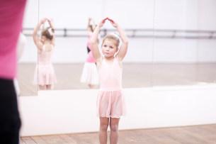 Young ballerinas posing in dance studioの写真素材 [FYI03504032]