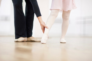 Close up of a young ballerina and teacher practicing toe poiの写真素材 [FYI03504035]