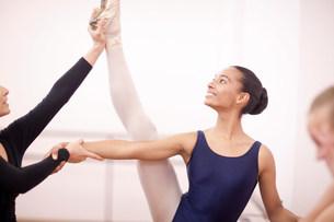 Portrait of teenage ballerina and teacherの写真素材 [FYI03504075]
