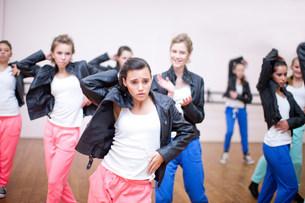 Group of teenagers practicing dance in studioの写真素材 [FYI03504102]