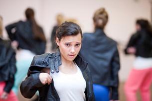 Teenagers dancing hip hop in studioの写真素材 [FYI03504109]