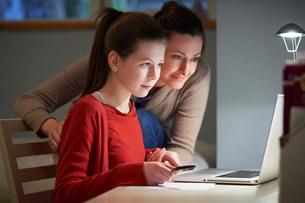 Girl using laptop computerの写真素材 [FYI03504689]