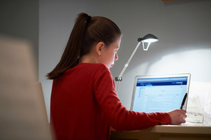 Girl using laptop computerの写真素材 [FYI03504690]