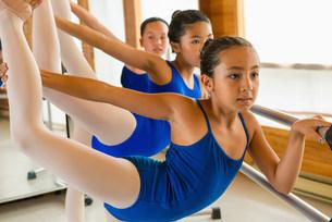 Ballerinas practising at the barre in ballet schoolの写真素材 [FYI03504822]