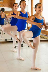 Ballerinas practising at the barre in ballet schoolの写真素材 [FYI03504828]