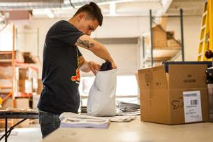 Worker packing garment in screen print workshopの写真素材 [FYI03504870]