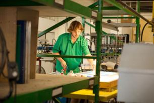 Worker preparing frame in screen printing workshopの写真素材 [FYI03504872]