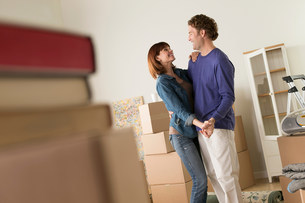 Couple sharing dance whilst moving houseの写真素材 [FYI03504916]