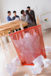 Office waste paper basket and crumpled paperの写真素材 [FYI03504974]