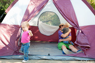 Father and toddler twins in tentの写真素材 [FYI03505151]