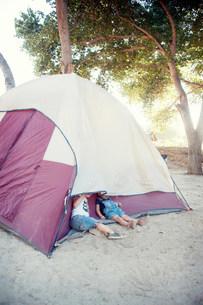 Toddler twins hiding under tentの写真素材 [FYI03505175]