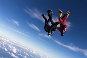 Formation skydivers free falling upside downの写真素材 [FYI03505268]