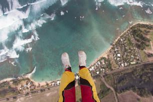 Legs and feet of skydiver above coastlineの写真素材 [FYI03505269]