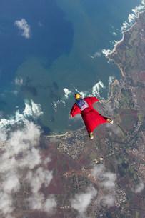 Woman in wingsuit flying above Honolulu, Hawaiiの写真素材 [FYI03505272]