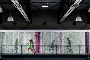 Young woman jogging on gym balconyの写真素材 [FYI03505504]