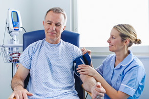 Nurse taking patient's blood pressureの写真素材 [FYI03505617]