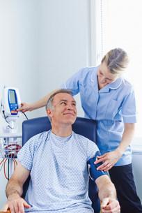 Nurse taking patient's blood pressureの写真素材 [FYI03505619]