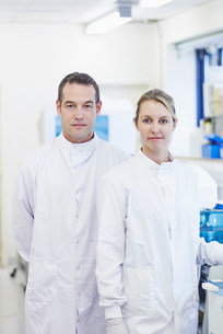 Portrait of researcher in laboratoryの写真素材 [FYI03505659]