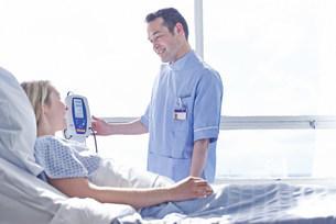Nurse taking patient's blood pressureの写真素材 [FYI03505675]