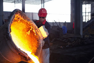 Working in cast iron foundryの写真素材 [FYI03505746]