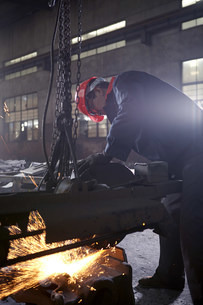Working in cast iron foundryの写真素材 [FYI03505774]