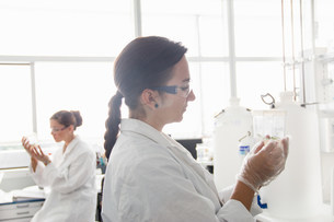 Biology students working in labの写真素材 [FYI03505843]