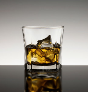 Whisky with iceの写真素材 [FYI03505921]