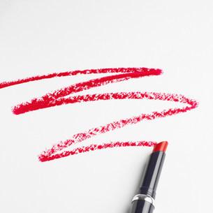 Lipstick zigzag pattern on white backgroundの写真素材 [FYI03505989]