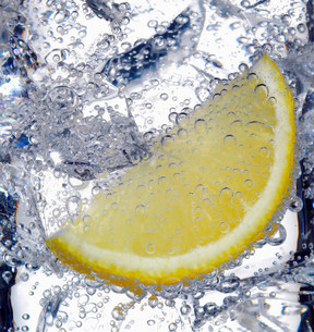 Fizzy lemon juice with ice cubesの写真素材 [FYI03505996]