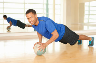 Man using exercise ballの写真素材 [FYI03506080]