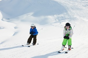 Brother and sister skiing, Les Arcs, Haute-Savoie, Franceの写真素材 [FYI03506149]