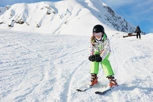 Young girl skiing, Les Arcs, Haute-Savoie, Franceの写真素材 [FYI03506156]