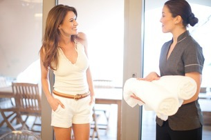 Woman chatting to service worker in hotelの写真素材 [FYI03506282]