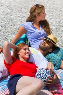 Three friends relaxing on holidayの写真素材 [FYI03506305]