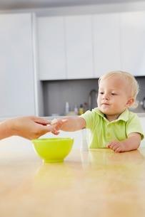 Baby boy having a snackの写真素材 [FYI03506360]