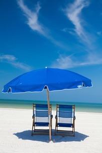 Deckchairs and parasol on beach, Clearwater, Florida, Unitedの写真素材 [FYI03506469]
