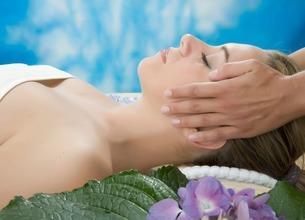 Side view of woman having head massageの写真素材 [FYI03506807]