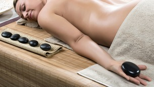 Woman having hot stone therapyの写真素材 [FYI03506823]